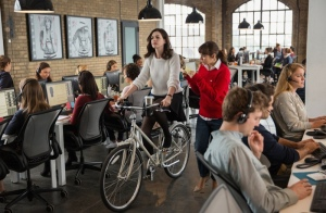 Anne-Hathaway-Bicycle-Office-The-Intern