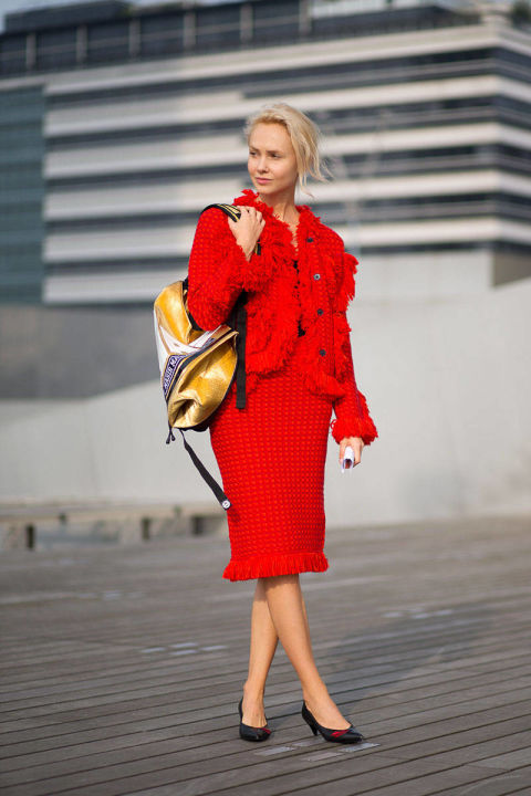 54bc23ff75a72_-_hbz-red-2-pfw-ss2015-street-style-day1-04-lg
